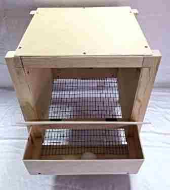 Такое гнездо с яйцесборником для кур несушек можно усовершенствовать, сделав в нем несколько секций или ярусов. Угол наклона дна в таком ящике не 10, а около 40 градусов. Сделать его немного сложнее, чем предыдущий, но вполне по силам.