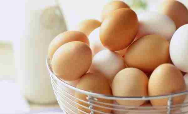 Вес куриного яйца в сыром виде важен для определения стоимости продукта